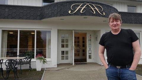 DØRA ÅPEN: – Det er godt å kunne ha døra åpen igjen, sier Svein terje Kynbråten ved Heia Hotell i Våler.