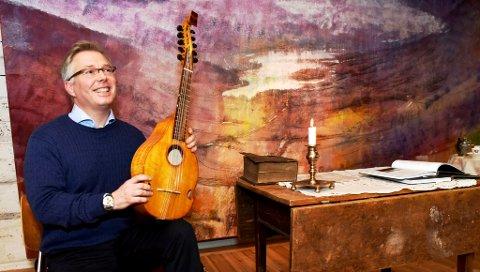 Mange kjenner Tom Willy Rustad som folkemusiker. Nå skal han også lede Midtdalsarkivet.