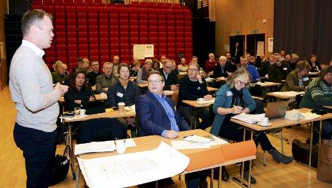 VISER DE VEG?: Ordfører Espen G. Johnsen (t.v.) og fylkesordfører Even A. Hagen (foran i midten) bør stå sentralt i arbeidet med å samle Gudbrandsdalen til en mer kraftfull region.