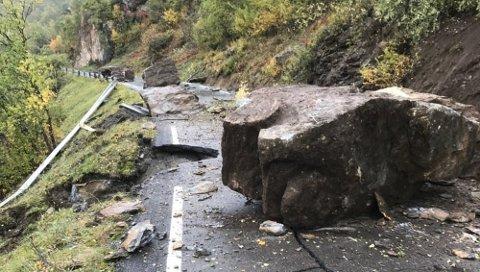 Seks-sju store steiner sperrer vegbanen på fylkesveg 55 etter et ras fredag i 10-tiden.