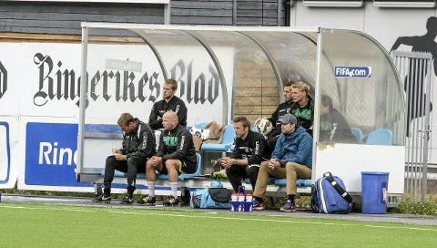 LEI BENKEN: Ole Petter Berget (bakerst til venstre) og unge lokale HBK-spillere er stort sett henvist til benken i seriekampene til Hønefoss BK. Nå åpner Berget for klubbskifte. Foto: Jan Torkel Torstensen