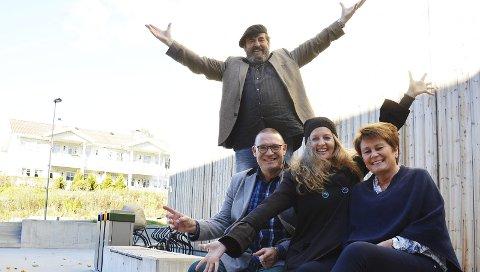 VELKOMMEN: Arne Reitan (Tevye), Espen Aslaksen, Cynthia Kai og Liv Bente Kildal ønsker velkommen til Spelemann på taket.