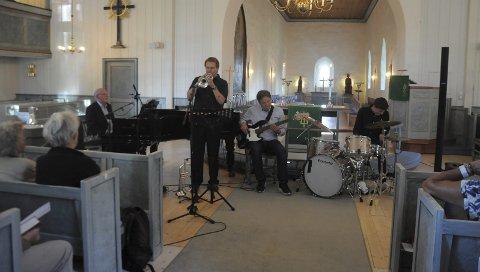 Fylte Kirken med musikk: Øystein Wang på piano, Roy Nikolaisen på trompet, Torfinn Wang på bass og Mathias Wang på trommer. Foto: Regine Boym