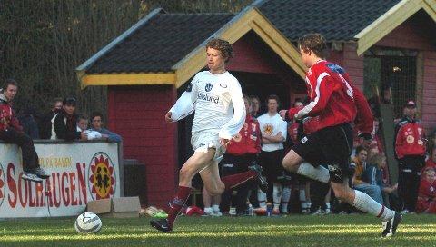 Westernsletta 2005: Espen Parken Bakken (til høyre) prøver å få has på Vålerengas innbytter Steinar Strømnes, opprinnelig fra Lunner og nå Strømmen-spiller. I hvit t-skjorte på benken ser vi Espens tvillingbror og keeperreserve Arild.