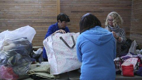 ENORME MENGDER: Gudveig Carlsson (t.v.), Hanna Nitzechner og Cecilie Westgaard (t.h.) bruker mange timer av egen tid for å hjelpe andre.