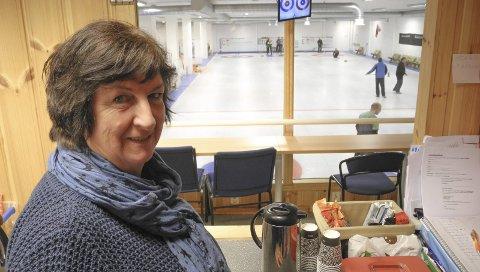 IlLDSJEL: Ann Kristin Pettersen har vært kioskansvarlig i curlinghallen i 22 år. – Jeg ordner at alt er på stell i kiosken, sier hun. Foto: Jan Erik Sørlie