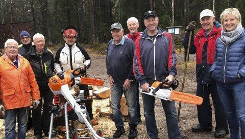 VENÅS: Her er dugnadsgjengen sammen med Anette Henning fra Berg Sparebank.