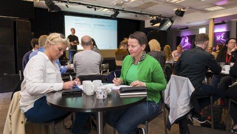 PÅ KURS: Grethe Bøhn Busterud og Ann Avranden var to av deltakerne på kurset «Design Thinking». I bakgrunnen står Nikolaj Bebe fra Eggs Design.