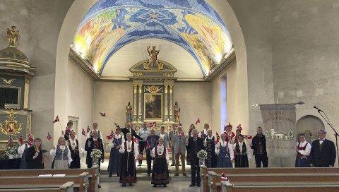 ØVELSE: Her øver pyntede korsangere i Vang sangforening i Vang kirke i forkant av strømmekosnerten fredag. Foto: NIls Tore Enget