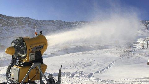 I PRODUkSJON: Snøkanonene i Røldal skisenter ble rullet ut tirsdag og produserer nå snø døgnet rundt. Både skisenteret og reiselivet håper på en tidlig sesongstart. Foto: Røldal skisenter