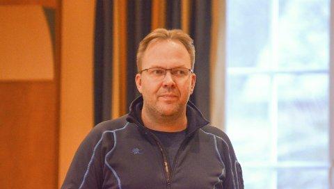 Ringerunde: Svein Erik Lund ringer no jegerar for å få rett stad i statistikken. Også i fjor måtte han gjera manuelt arbeid for å få nøyaktig tal prøvar frå vidda.Arkivfoto: Kristin Eide