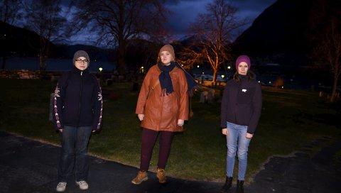 Seier ifrå: Manuela Bjotveit, Silje Lerøy Raunsgard og Siri Husevold er foreldre og sit i samarbeidsutval ved Kinsarvik og Veisane barnehage. Foto: Eli Lund