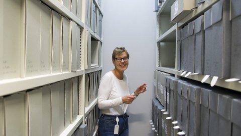 Industriarkivet: Siri Jordal, samlingsansvarlig ved Kraftmuseet, med noe av det arkiverte materialet fra Boliden Odda. – Jeg anslår at vi har ordnet bortimot 40 prosent av arkivet nå, opplyser Jordal. Foto: Ernst Olsen