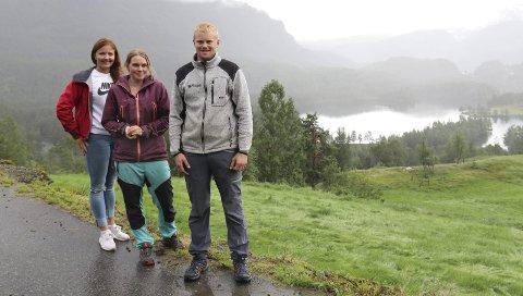 Bøndene: Mariann N. Berge, Inger Beate Tveit og Halvard Aga har alle sauer som går og beiter i Reinsnosområdet. No ber dei hytteeigarar og turfolk om å respektera bandtvangen. Foto: Eirin Tjoflot