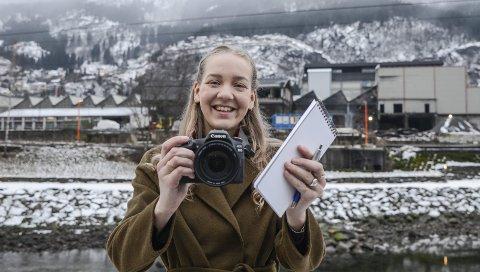 I praksis: Synnøve Fonneland studerer journalistikk i Bergen. Nå skal  hun  være journalist i Hardanger folkeblad i to måneder. Foto: Mette Bleken