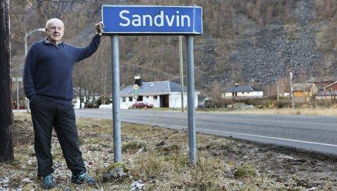 Nabo til skiltet: Sandvin-skiltet rammer inn huset til Kjell Riise på Sandvin. Han har klaget på sin nye adresse Røldalsvegen, og fikk torsdag støtte av formannskapet som vedtok at adressen skal være Sandvin. Nå er det opp til Kartverket. Arkivfoto: Synnøve Nyheim