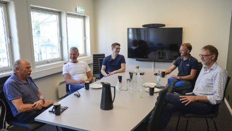 Eitrheimsvegen 9: Hardang Lift og Novaform har begge kontorer i andre etasje, Eitrheimsvegen 9. Her på møterommet, som allerede har fått kallenavnet «Rossnos». F.v. Inge Lægreid (Hardanger Lift), Oddvin Myklebust (ingeniør bygg og konstruksjon, Nordplan), Marcus Wagner (prosjektmanager, Doppelmayr Garaventa Group), Jan Olav Djuvsland (sivilingeniør og faglig leder anlegg, Novaform) og Kjetil Johnsen (daglig leder i Hardanger Lift). Foto: Ernst Olsen