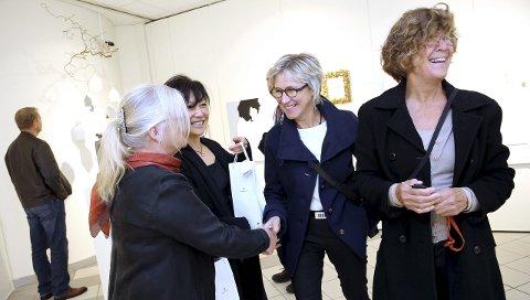 TYsværtunet: Astri Ræstad og Linda Skare (fra venstre) blir gratulert med utstillingsåpning or Tysvær kunstlag av kunstnerkollegene Anna Karin Ferking og Bodil Sund. Foto. Grethe Nygaard