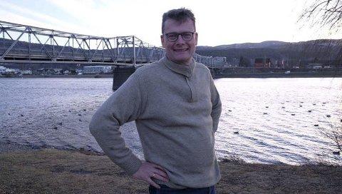 Ved Drammenselva:  Geir K. Hus vil skrive om «arbeidsveien» sin, E 134. Neste år  er det femti år siden Haukeliveien ble helårsvei.Foto: Anne M. Lund Hus