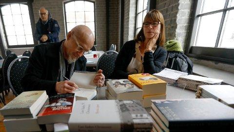 MORGENBAD: I Gamle Verkstedet var det morgenmøte med Lars Saabye Christensen og Cecilie Enger.