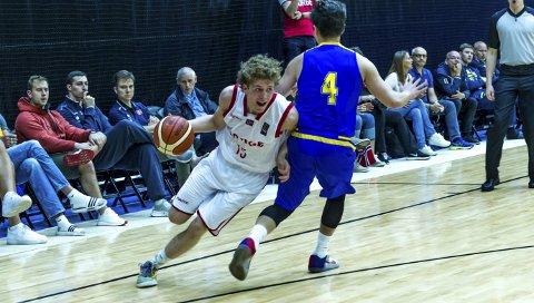 FREMAD! Mikal Gjerde er et av de største basketball-talentene i Norge. Fredag gyver 16-åringen løs på sin andre sesong i BLNO.       FOTO: ASTRID HAGLAND GJERDE