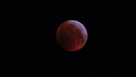 SPEKTAKULÆRT: Månen sett fra Haugesund i 6-tiden mandag morgen.