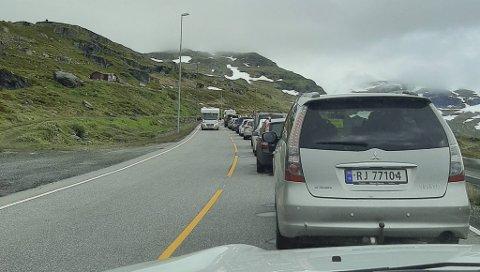 KØ: Slik ser det ut over Haukelifjell denne sommeren. Vi må belage oss på lang ventetid. Fredag er det ekstra mye trafikk og ventetiden øker.
