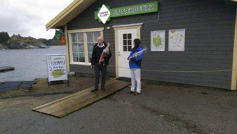 Fikk besøk: Ordfører Jann-Arne Løvdahl var til stede da Turid Brocks og Levi Brocks åpnet butikk lørdag foto: privat