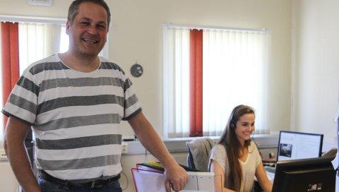 GLEDER SEG: Selv om avgjørelsen ikke har vært enkel, gleder de ansatte i Call-It seg til å flytte inn i Torgpaleet, Her ved Ingvart Stokka og Stine Daleng. Foto: Vegard Olsen
