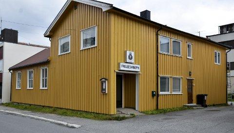 Frelsesarmeen: Her i dette huset skal de nye lederne, Bodil og Helge Østergreen, ha sin daglige arbeidsplass i Mosjøen. Foto: Toril Risholm