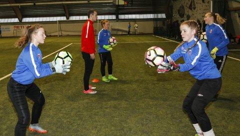 UTFORDRING: Hedda Nordgård (t.h.) på keepertrening sammen med trener Dennis Smalsundmo. – Vi får nye utfordringer, sier hun.