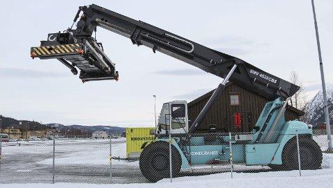 ENDELIG I ARBEID: Fra 4. februar får denne konteinerstackeren ved Mosjøen stasjon mer å sette klørne i. Bilder: Rune Pedersen