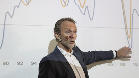 OPP OG NED: Harald Magnus Andreassen, sjeføkonom i SB1 Markets, foran ett av flere lysark som viser at økonomien fortsatt går opp og ned. Bilder: Rune Pedersen