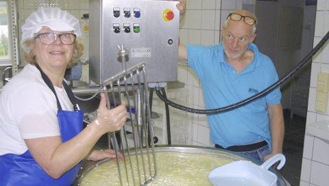 TRENGER FLERE: For Siri og Tor Stabbforsmo har etter hvert osteproduksjonen tatt mer og mer av tida. Nå trenger de flere hender på gården sin i Fiplingdal.  Foto: Håvard Eide