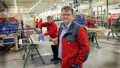 Administrerende direktør Knut Gulllesen i fabrikkhallen hvor 18 midlertidige ansatte i disse dager blir fast ansatt.