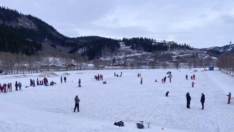 POPULÆRT: Skøytebanen på Kippermoen har vært i bruk helt fra nyttår, og innimellom har det vært stappfullt med voksne og barn som har kost seg på isen.   Foto: Per Vikan
