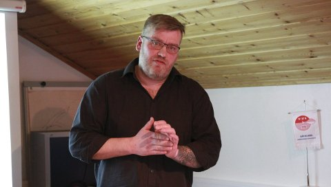 FORTVILET: Ørjan Nergaard er nestformann i Båtsfjord Handelsstands Fiskerigruppe. Han forteller om en urolig stemning blant fiskerne i Båtsfjord. Mange kan bli permittert allerede i november, mener han.