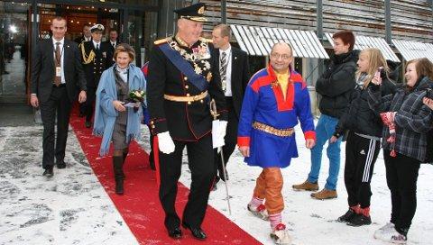 KONGEN KOMMER: Kong Harald har besøkt Sametinget en rekke ganger. Her er han sammen med daværende sametingspresident Egil Olli. Dagens sametingspresident, Aili Keskitalo, kan i dag stolt fortelle at kongen kommer til jubileumsmarkeringen i Trondheim neste år.