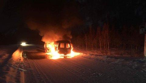 En bil tok fyr i Kvibydalen i Alta mandag formiddag. Foto: Tormund Thomassen.