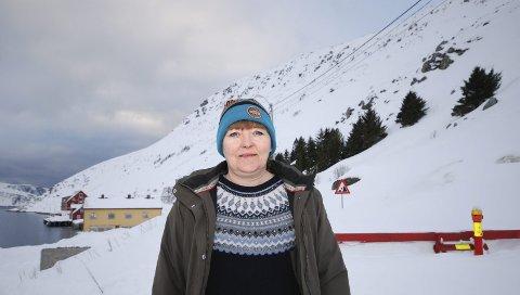 HIT, MEN IKKE LENGER: Museumsbestyrer Liv Jorunn Lauritsen Nygård fortviler over at hun ikke kommer seg på jobb på Foldalbruket (det røde i bakgrunnen), men er samtidig glad for at kommunen ikke trosser skredfaren. Sikkerheten må komme i første rekke.