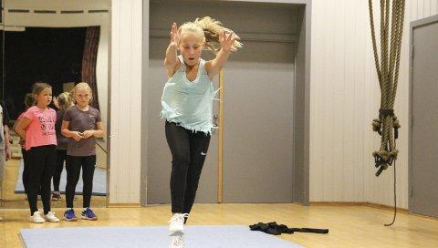 ACTION: Helene (9) og Mathilde (9) venter på tur mens Alice (10) er i ferd med å fullføre en fantastisk flikkflakk.
