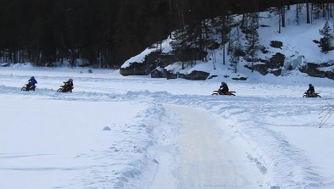 AKSJON: Bildet er fra aksjonen i fjor vinter, der politiet fotograferte iskjøringen på Lyseren før de rykket inn og delte ut bøter. Foto: Politiet