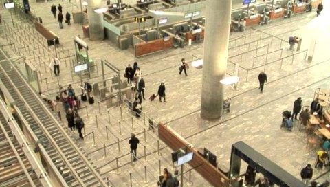 FORFULGT: Før tyven og medhjelperen slo til fulgte han etter offeret sitt gjennom terminalen på Gardermoen. FOTO: OSL.NO