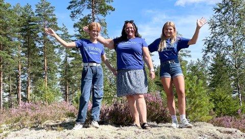 SETSKOG-KOLLEKSJONEN: Anne Mathea Hestsveen Haugland (t.v.), her sammen med mamma Eline Hestsveen og venninnen Bettina Norheim, har laget et eget Setskauen-design.
