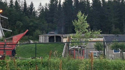 Brannvesenet fikk raskt kontroll på brannen som oppsto i gapahuken hos Forshaugen barnehage.