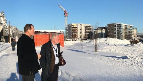 PÅ BEFARING: Ordfører Alf Johan Svele har spilt inn stasjonsområdet som aktuell tomt for nye Vestfold tingrett. Her på befaring med sorenskriver Jørn Holme i februar.