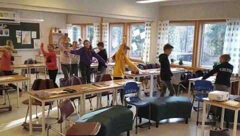 Sirkulerte: Elever ved Galleberg skole viftet med armene for å sirkulere luften i klasserommet.