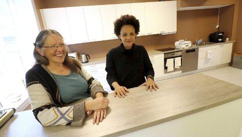 Ferdig: Ungdomsklubbleder Lenise Llwellyn (th) og kultursjef Gertruud Kunst bak diske i det nye kjøkkenet som står ferdig.foto: jarl Rehn-Erichsen
