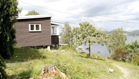 SMØRSTEIN: Med utsikt mot sjøen ligger hytta her i Fjordveien på Smørstein. Lokalpolitikerne ønsker å gi tillatelse til å utvide denne hytta. Arkivfoto: Lars Ivar Hordnes
