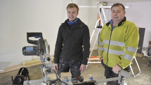 Helle: I det tidligere solstudioet på Helle skal det bli utleieleiligheter. Emil (t.v.) og Øyvind Fredriksen er godt i gang med oppussingen.